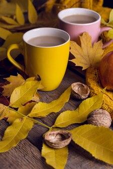 Thé d'automne confortable - thé avec du lait, des pommes, des noix et un pull chaud