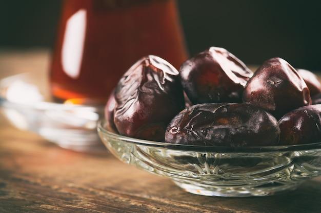 Thé aux dattes sur table en bois