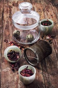 Thé aux feuilles infusé dans un bocal en verre