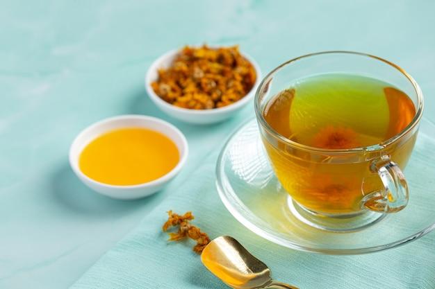 Thé aux fleurs de chrysanthème sur table