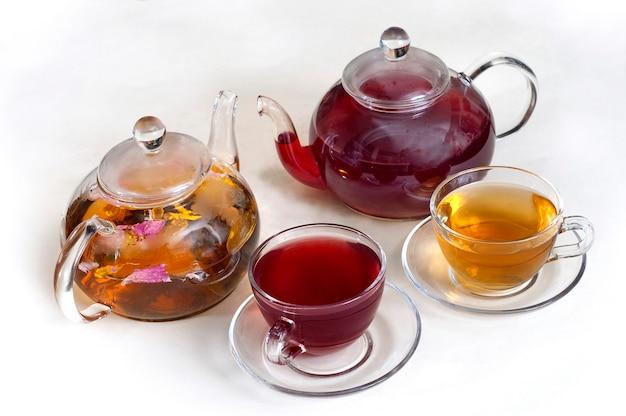 Thé aux fleurs dans des théières en verre transparent avec des tasses à thé.