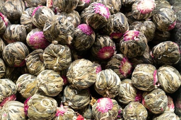 Thé aux fleurs sèches fond de pétales séchés de rose herbes médicinales phytothérapie. vue de dessus