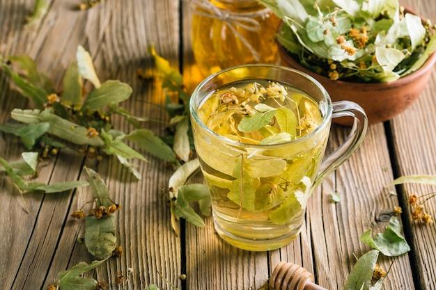 Thé aux fleurs de tilleul, boisson chaude aux herbes, médecine alternative