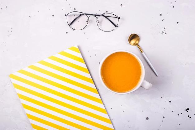 Thé aux fruits à l'argousier chaud sur le bureau. automne
