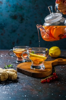 Thé aux fruits et baies maison à la menthe.