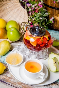 Thé aux fruits d'été lumineux sur la table du restaurant.