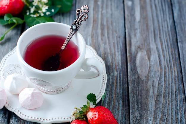 Thé aux fruits avec des fraises