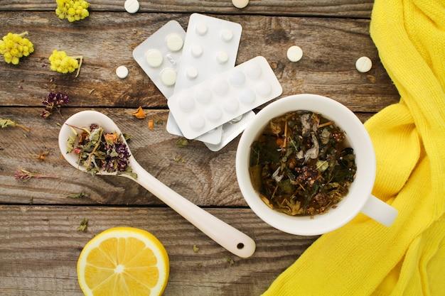 Thé aux herbes, citron, médicaments.