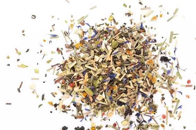 Thé aux herbes. fruits et herbes, thé, curcuma, gingembre vue de dessus.