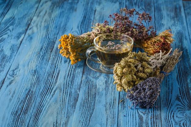 Thé aux herbes. herbes et fleurs, phytothérapie.