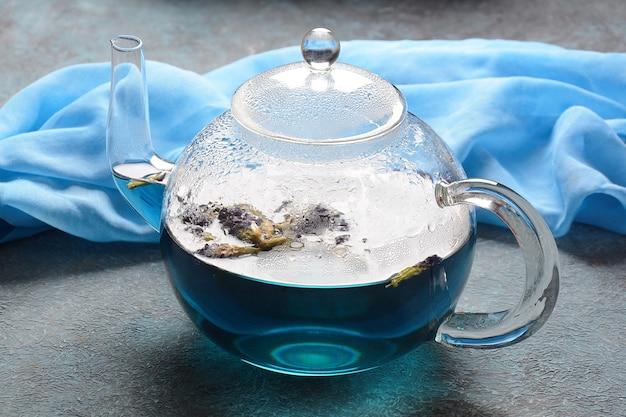 Thé aux pois papillon bleu dans une théière