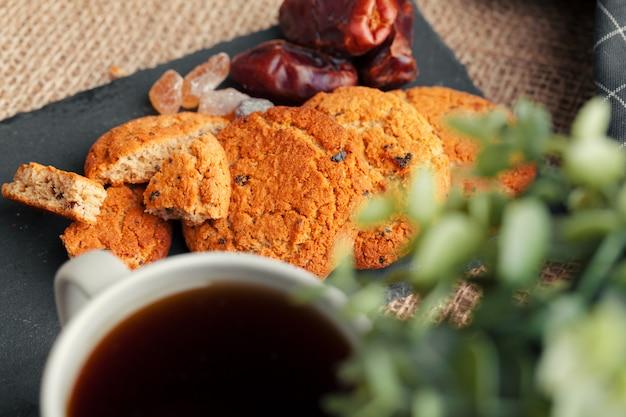 Thé avec des biscuits
