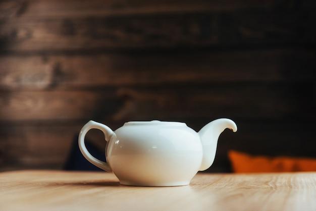 Thé blanc sur une table en bois. photographie publicitaire.