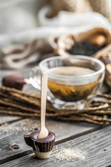 Thé et bonbons au chocolat sur un bâton