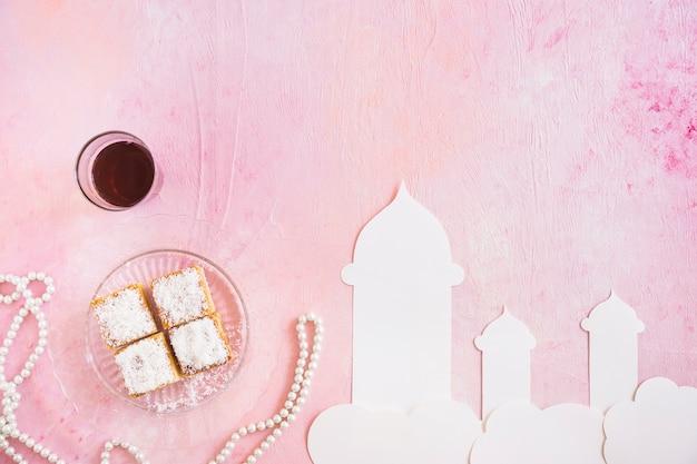 Thé avec des bonbons et la mosquée découpée