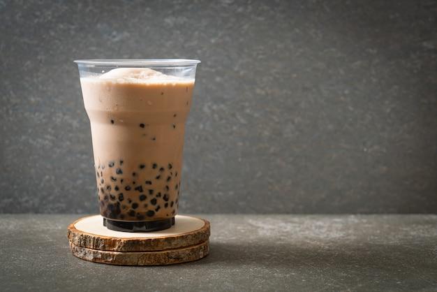 Thé à bulles, également connu sous le nom de thé au lait de perle, thé au lait à bulles ou thé boba avec des bulles