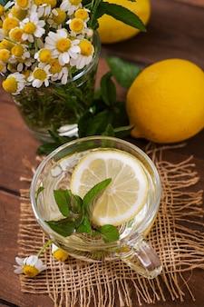 Thé à la camomille au citron et à la menthe. thé aux herbes. menu diététique. nutrition adéquat.