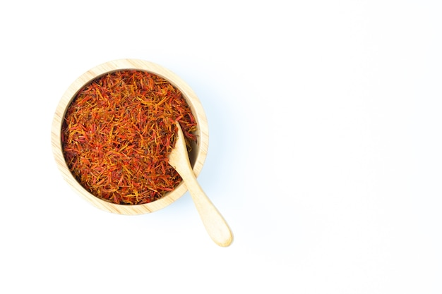 Thé de carthame dans un bol pour réduire le chlorestérol sur fond blanc