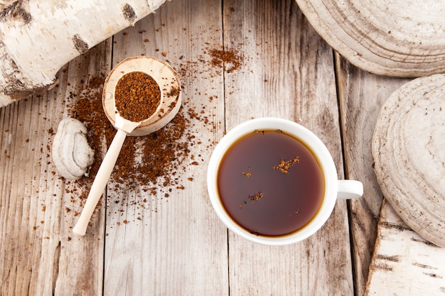 Le thé chaga est une boisson naturelle saine. préparé à partir de champignons de bouleau chaga séchés. antioxydant naturel. utilisé en phytothérapie.