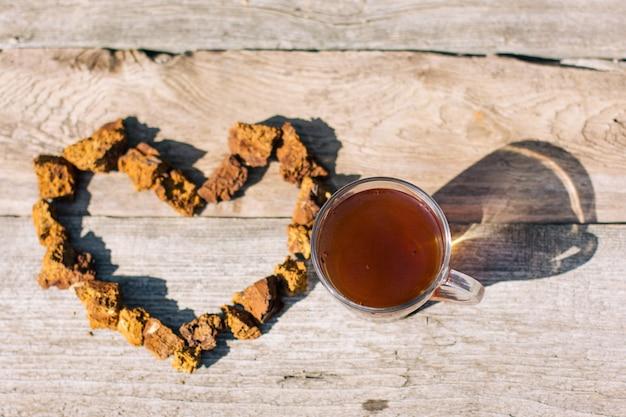 Le thé chaga, un puissant antioxydant, renforce le système immunitaire. champignons chaga sauvages, sains et naturels
