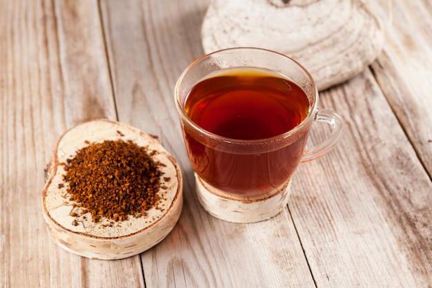 Thé chaga. le thé de guérison du chaga aux champignons de bouleau est utilisé en médecine alternative.