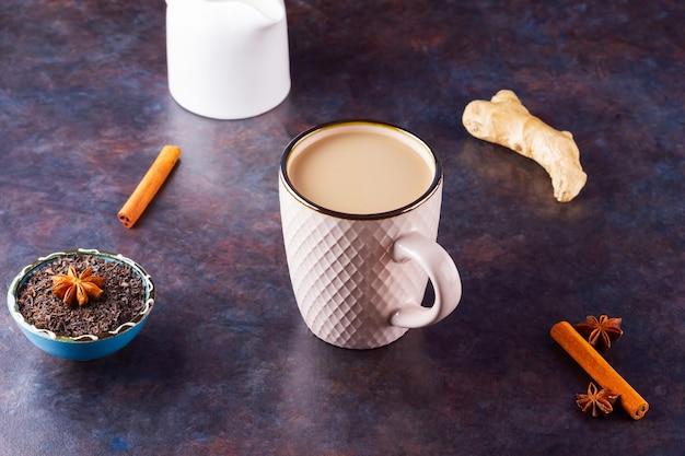 Thé chai indien masala aux épices dans une tasse