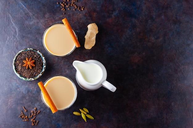 Thé chai indien masala aux épices dans des tasses