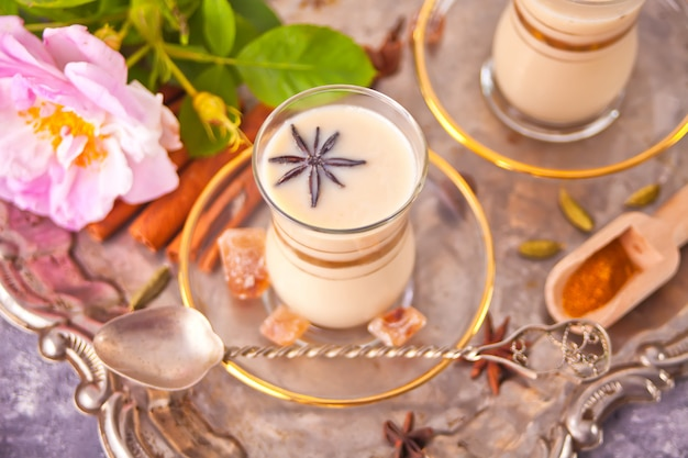 Thé chai masala au lait et épices.