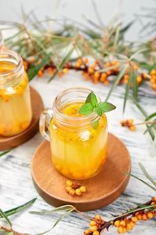 Thé chaud à l'argousier au gingembre et au miel