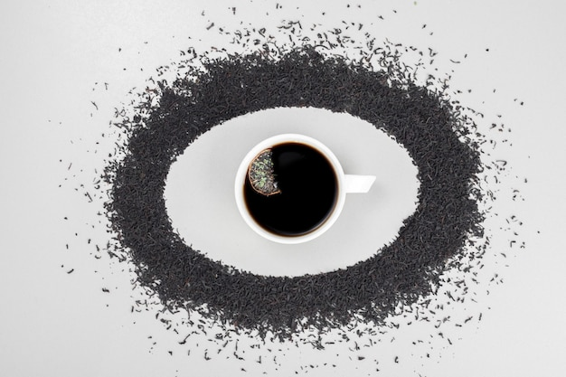 Thé chaud, arôme sur cercle avec infusion de thé sur fond blanc