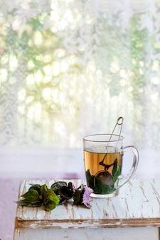 Thé chaud au basilic violet