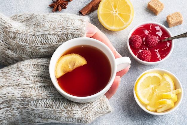 Thé chaud au citron et à la confiture de framboises.