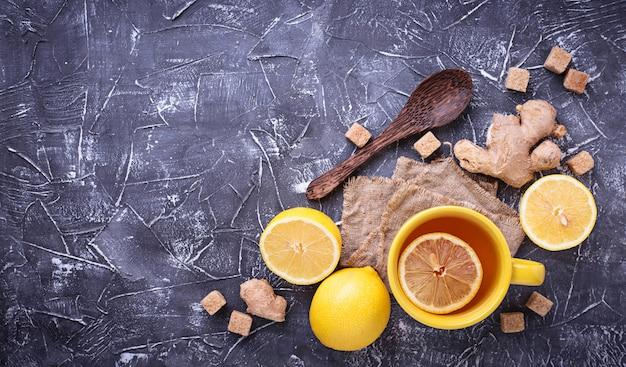 Thé chaud au citron et gingembre