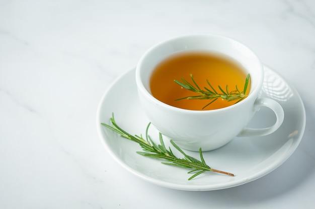 Thé chaud au romarin en tasse prêt à boire