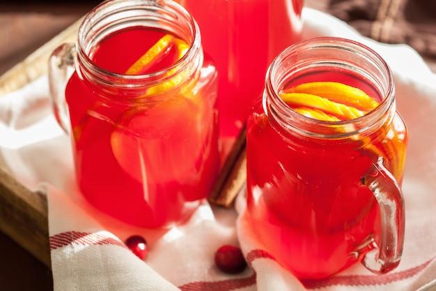Thé chaud aux canneberges avec boisson chauffante à l'orange et à la cannelle