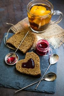 Thé chaud aux épices et confiture