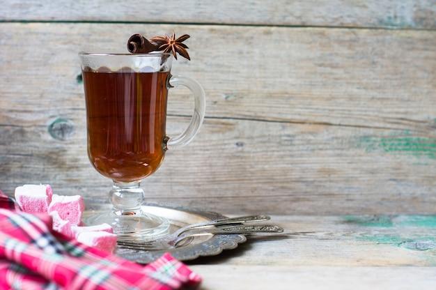 Thé chaud avec des bonbons