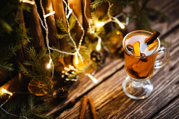 Thé chaud à la cannelle et aux oranges