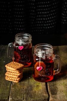 Thé chaud avec des cookies et un coeur