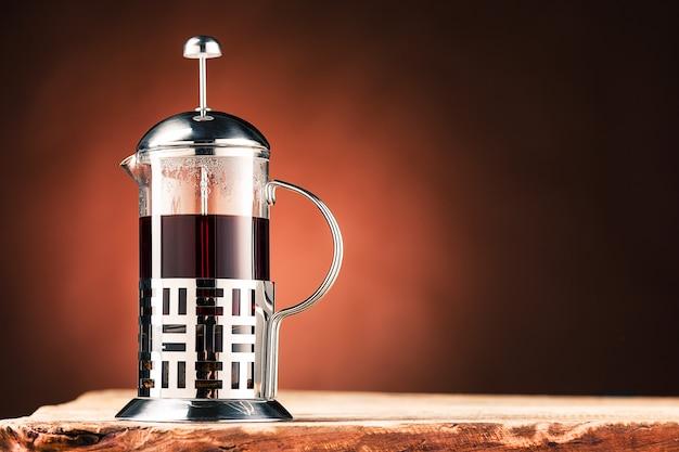Thé chaud dans une théière en verre
