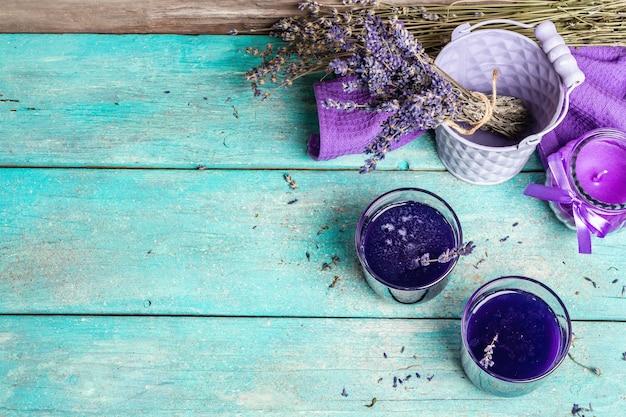 Thé chaud à la lavande sur table en bois vintage