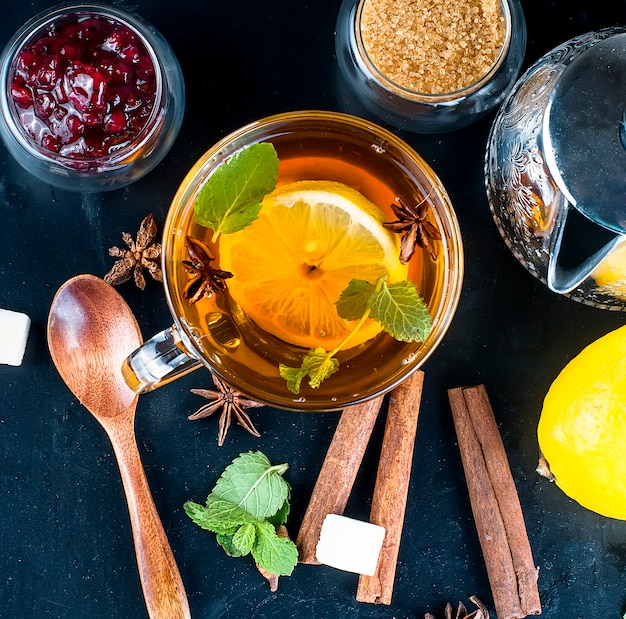 Thé chaud à la menthe, citron et confiture de framboises