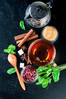 Thé chaud à la menthe, citron, menthe et confiture de framboises