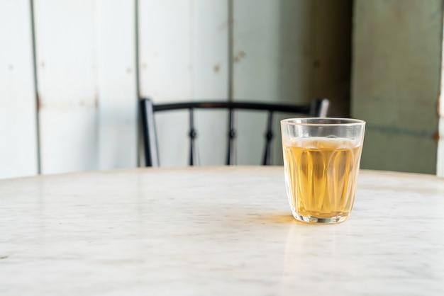 Thé chinois chaud en verre sur table