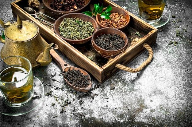 Thé chinois parfumé sur fond rustique