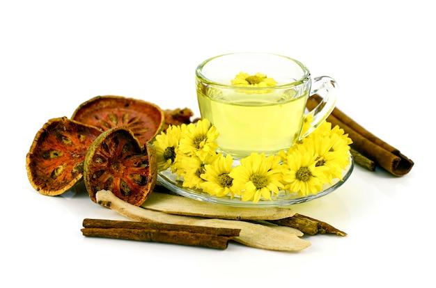 Thé de chrysanthème avec phytothérapie chinoise sur blanc.