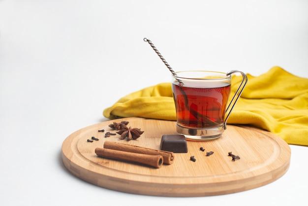 Thé avec confiture et chocolat au petit déjeuner