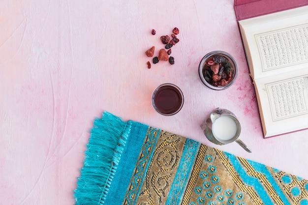 Thé et coran sur la table
