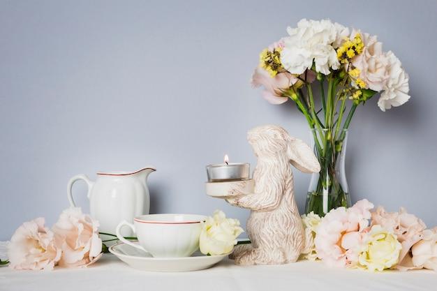 Thé à côté de belles décorations