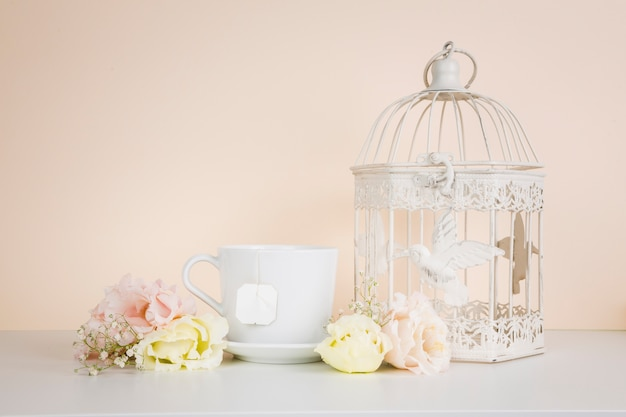 Thé à côté de décorations élégantes